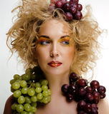 Le beau portrait de jeune femme a excité le sourire avec le style de maquillage de cheveux d'art d'imagination Images libres de droits