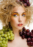 Le beau portrait de jeune femme a excité le sourire avec le style de maquillage de cheveux d'art d'imagination Image libre de droits