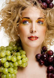 Le beau portrait de jeune femme a excité le sourire avec le style de maquillage de cheveux d'art d'imagination, fille de mode ave Photographie stock