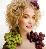 Le beau portrait de jeune femme a excité le sourire avec le style de maquillage de cheveux d'art d'imagination, fille de mode ave Photos libres de droits