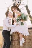 Le beau portrait en gros plan du vintage a habillé la jeune mariée s'asseyant sur le baslet d'airballoon, choyant le visage du Photo libre de droits