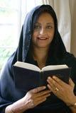 Le beau relevé asiatique de femme son livre religieux photographie stock libre de droits