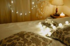 Le beau salon avec le lit amortit des livres et des lampes-torches Photos stock