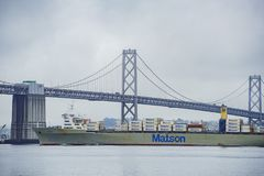 Le beau San Francisco Oakland Bay Bridge avec une grande cargaison Photo stock