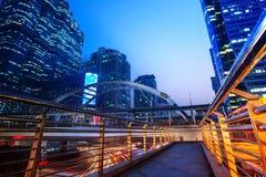 Le beau scape de ville d'éclairage de l'immeuble de bureaux d'horizon entendent dedans Photo stock