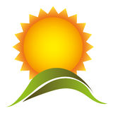 le beau soleil de couleur avec l'icône de montagne Photographie stock