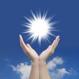 Le beau soleil de main et ciel bleu Photos stock