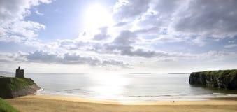 Le beau soleil lumineux au-dessus de la plage de Ballybunion Photos libres de droits