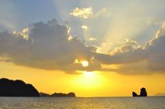 Le beau soleil merveilleux éclaté par les nuages photographie stock libre de droits