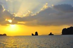 Le beau soleil merveilleux éclaté par les nuages photos stock