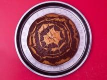 Le beau tarte se trouve sur le plateau spiderweb délicieux photographie stock libre de droits