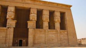 Le beau temple antique du temple de Dendera ou de Hathor L'Egypte, Dendera, temple égyptien antique près de la ville de Ken banque de vidéos