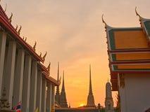 Le beau temple thaïlandais dans le coucher du soleil image libre de droits