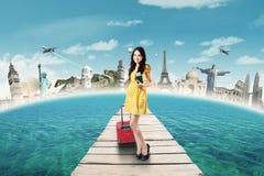 Le beau touriste tient le passeport sur le pont Photo libre de droits