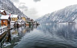 Le beau village de Hallstatt dans les Alpes autrichiens Images stock