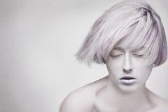 Le beau visage de la jeune femme rêvante, bruit aded Photographie stock libre de droits