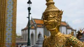 Le beau visage de la statue géante d'or de sourire en Thaïlande Photographie stock