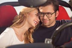 Le beaux mari et épouse font leur voyage Images stock