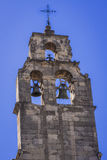 Le beffroi complète la tour de cloche de l'église de Santo Domingo Photo stock