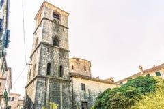 Le beffroi dans la vieille ville à côté de l'église de St Mary sur le hosanna de ` de rivière a béni le `, Kotor, Monténégro photographie stock