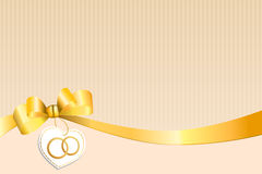 Le beige abstrait de fond dépouille le coeur jaune blanc d'arc avec des anneaux d'or de mariage Image stock