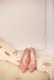 Le beige chausse une jeune mariée Image stock