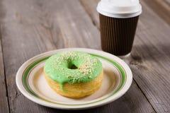 Le beignet frais et emportent le café, fond en bois avec l'espace de copie photo libre de droits