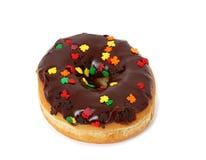 Le beignet givré par chocolat simple avec arrose sur le blanc Photo libre de droits