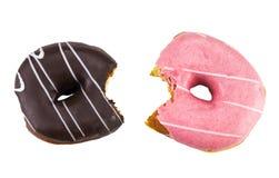 Le beignet mordu de fraise avec coloré arrose et le chocolat font photo libre de droits