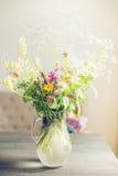 Le bel été fleurit le bouquet sur la table dans le salon léger Maison image libre de droits