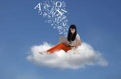 Le bel étudiant envoient le message électronique en ligne sur le nuage Photos libres de droits