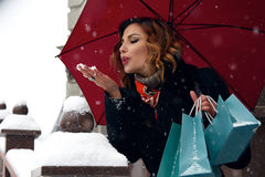 Le bel achat de rue de neige de femme présente à Noël la nouvelle année Photographie stock libre de droits