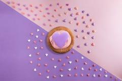 Le bel appartement étendent le modèle des coeurs avec des petits gâteaux avec de la crème et un coeur de sérénité Photos libres de droits