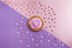 Le bel appartement étendent le modèle des coeurs avec des petits gâteaux avec de la crème et un coeur de sérénité Image libre de droits