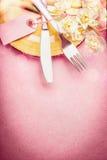 Le bel arrangement de Pâques dans la couleur en pastel avec la décoration eggs, des fleurs, des gâteaux et éclairage de bokeh sur photos libres de droits