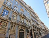 Le bel azulejo a couvert de tuiles des maisons dans le vieil alfama de ville de Lisbonne, Portugal photos libres de droits