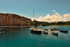Le bel hôtel de Portofino d'Italien, avec des villages de colorfull et des bateaux de pêche dans peu de baie images libres de droits