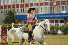 le bel hiver d'horizontal de cheval de fille Photographie stock libre de droits
