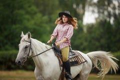le bel hiver d'horizontal de cheval de fille Photos stock