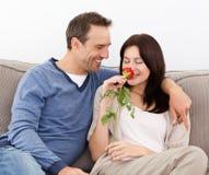 Le bel homme regardant son épouse sentant un rouge s'est levé Images stock