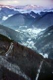 Le bel horizontal de l'hiver avec la neige a couvert des arbres Photos libres de droits