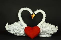 Le bel origami blanc de cygnes dans l'amour, empaquette fait Image libre de droits