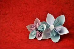 Le bel origami fleurit sur le fond/fleurs rouges d'origami/livre blanc bleu et combiné en fleurs d'origami/origami simple illustration stock