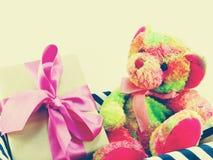 Le bel ours et le boîte-cadeau de nounours présents avec l'espace copient Photographie stock
