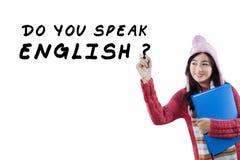 Le bel étudiant asiatique apprennent l'anglais Image libre de droits