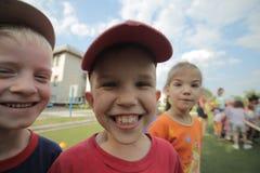 Le Belarus, Bobruisk - 20 juin 2018 : Trois enfants traînant ensemble dans le terrain de jeu photos stock