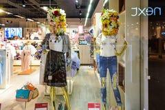 Le Belarus, Minsk - 12 avril 2017 : Deux simulacres femelles dans une fenêtre de boutique Photos stock