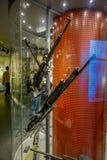 LE BELARUS, MINSK - 1ER MAI 2018 : Vue d'intérieur de l'exposition assortie d'armes à feu des armes et de l'équipement utilisés p Photographie stock libre de droits