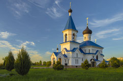 Le Belarus, Minsk : St orthodoxe Nicholas Church dans les faisceaux du coucher de soleil Images libres de droits