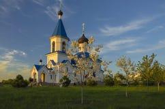 Le Belarus, Minsk : St orthodoxe Nicholas Church dans les faisceaux du coucher de soleil Image libre de droits